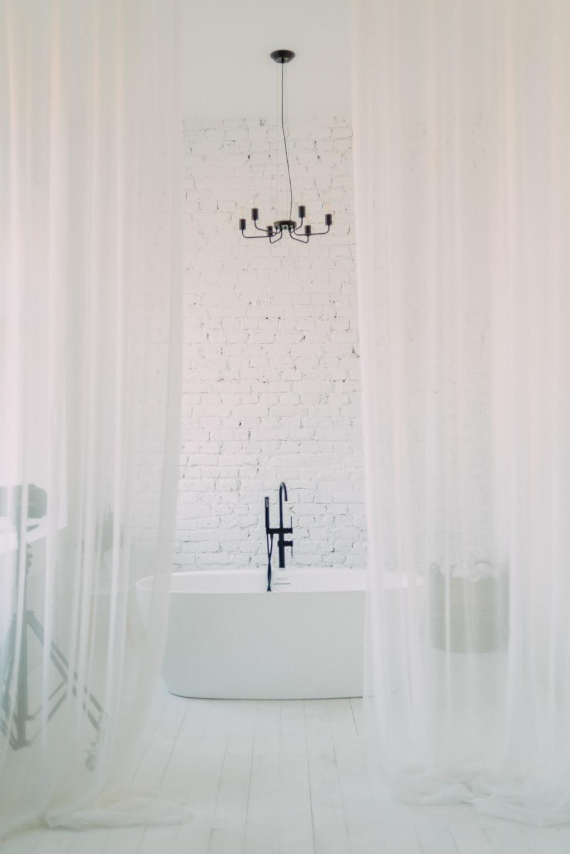 white shower curtain near bathtub