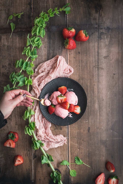 sliced strawberries on blue ceramic bowl