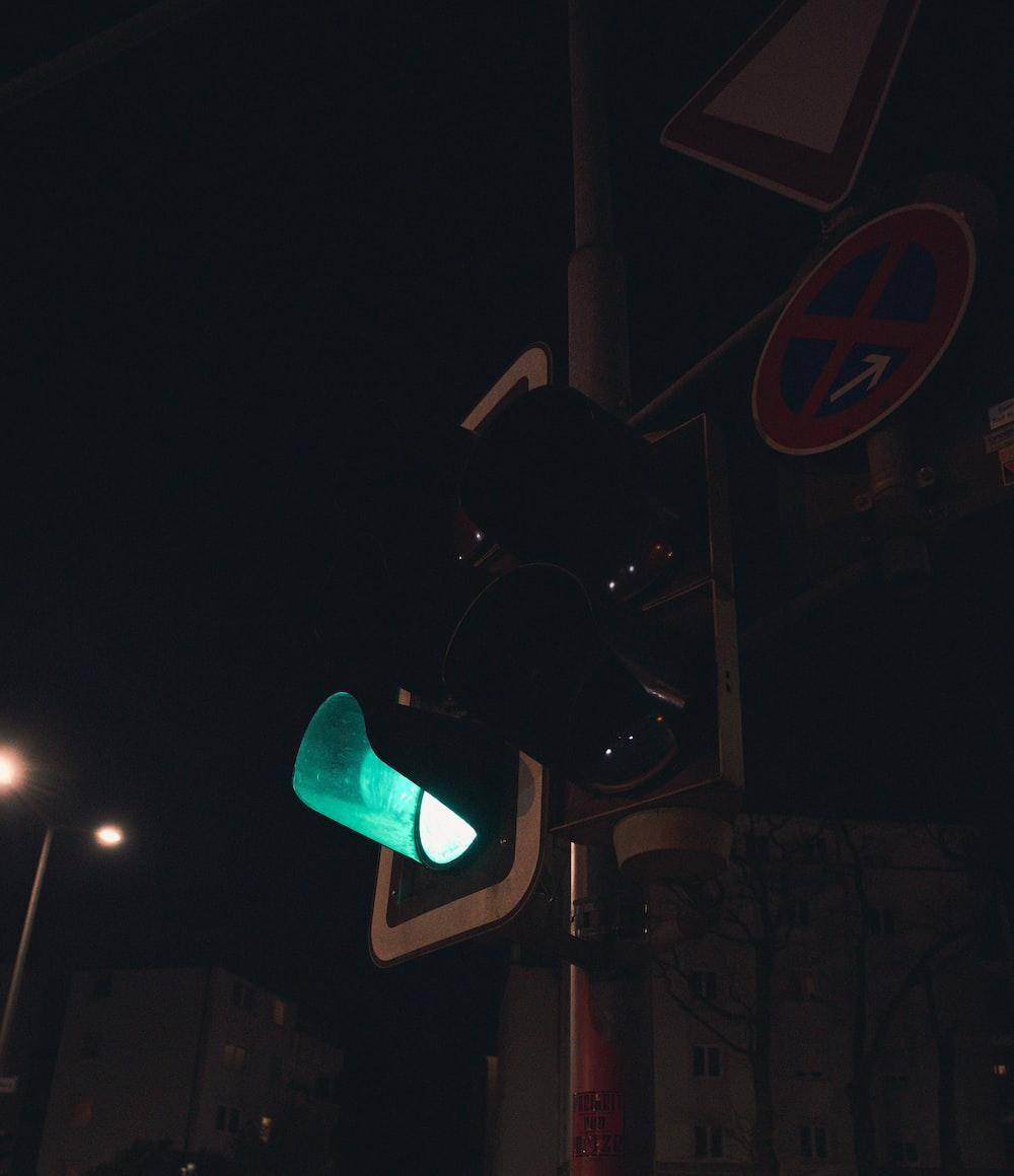 green and black traffic light