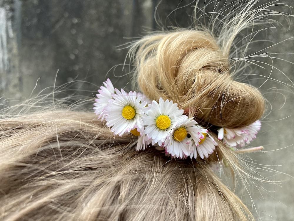 white daisy on womans hair