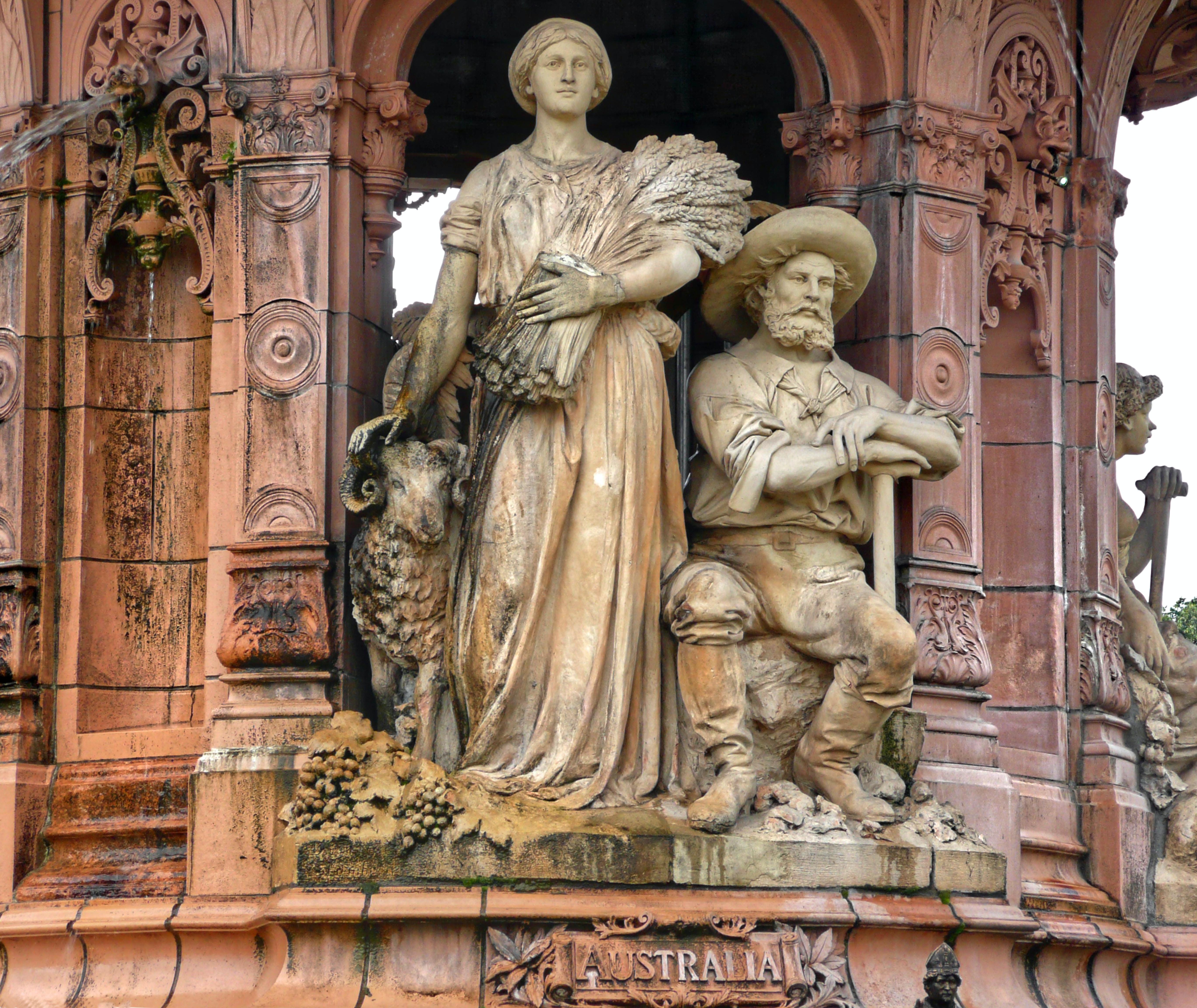 La fontaine de Doulton : allégorie en hommage à l'Australie. Elle est située à l'entrée du People's Palace est la plus grande et la mieux conservée des fontaines en terre cuite au monde. Elle a été érigée en l'honneur de la Reine Victoria pour son Jubilée d'or en 1887. Elle célèbre l'Empire britannique. Elle a été placée dans le