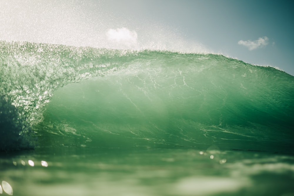green water wave during daytime