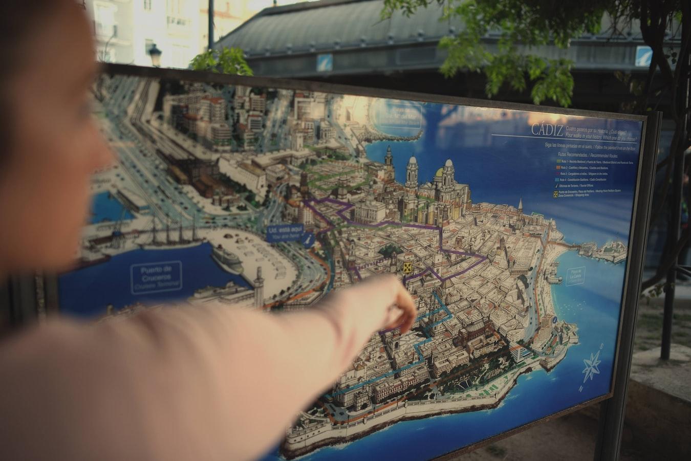 🌳CREA UNA ESTRATEGIA PARA TU MARCA PERSONAL -Imagen donde se marca una estrategia en un mapa de Cádiz en 3D con EcoCoopera.com