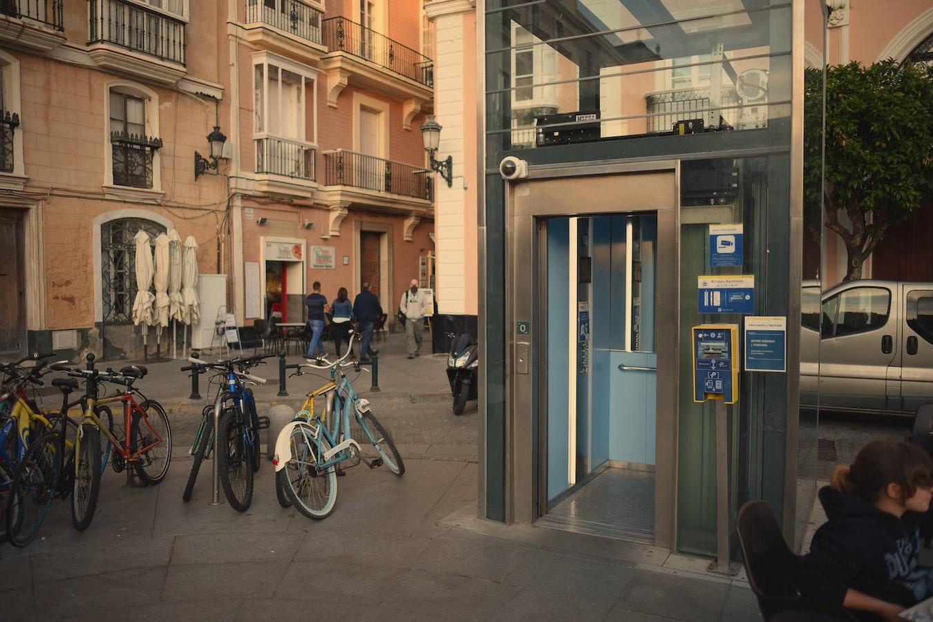 🌳Elevator Pich. Imagen captada como referencia de un ascensor en las calles de Cádiz para acceder a la zona de aparcamientos subterráneas con EcoCoopera.com