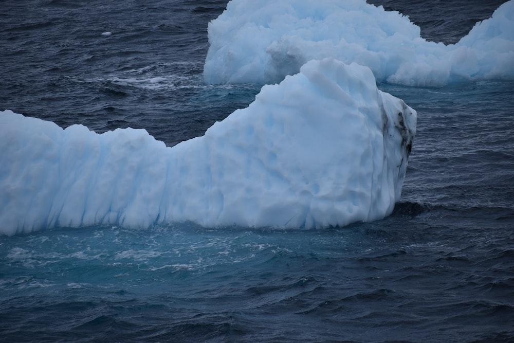 水域の白い氷