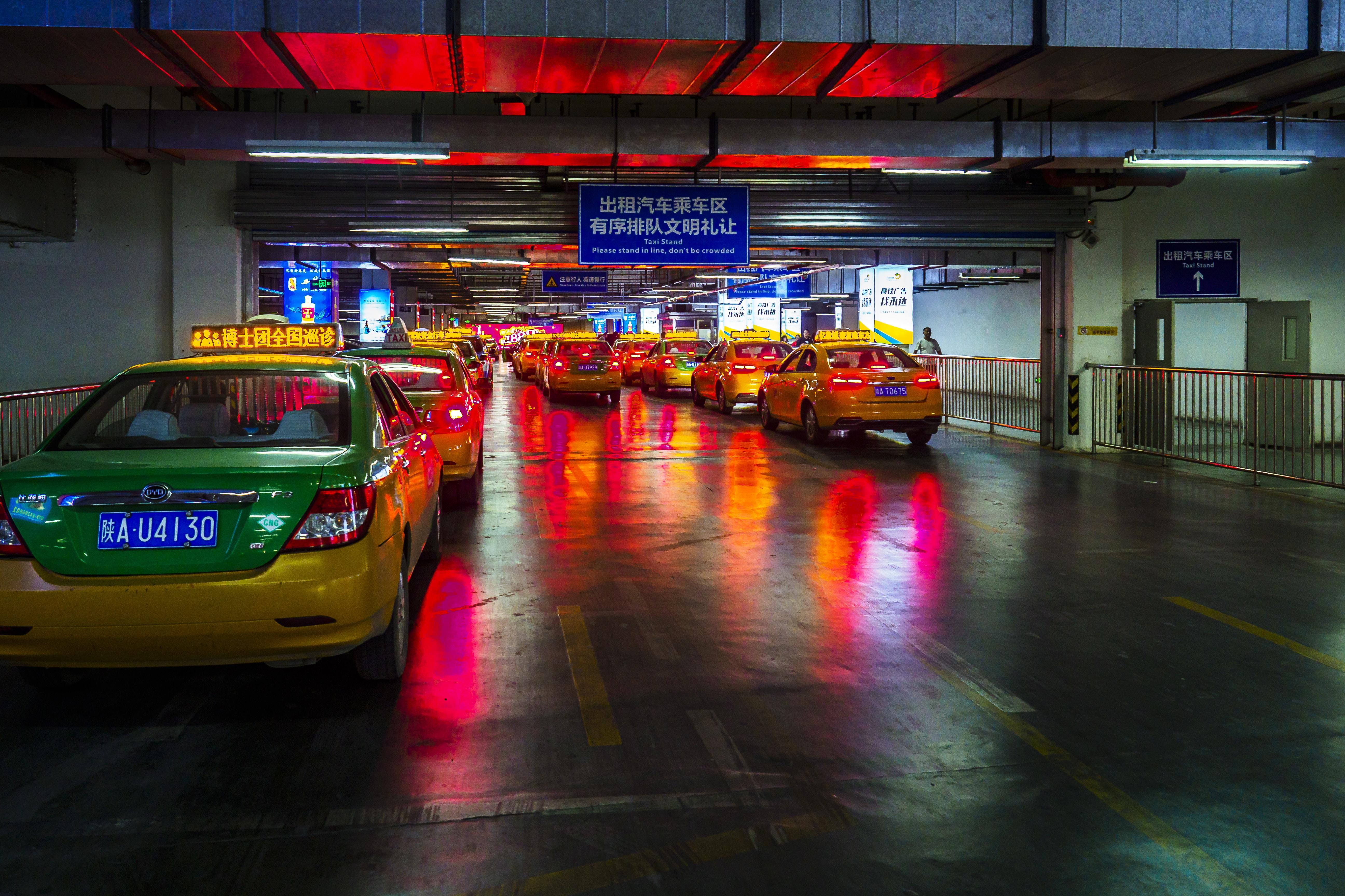 táxi ou carro de aplicativo