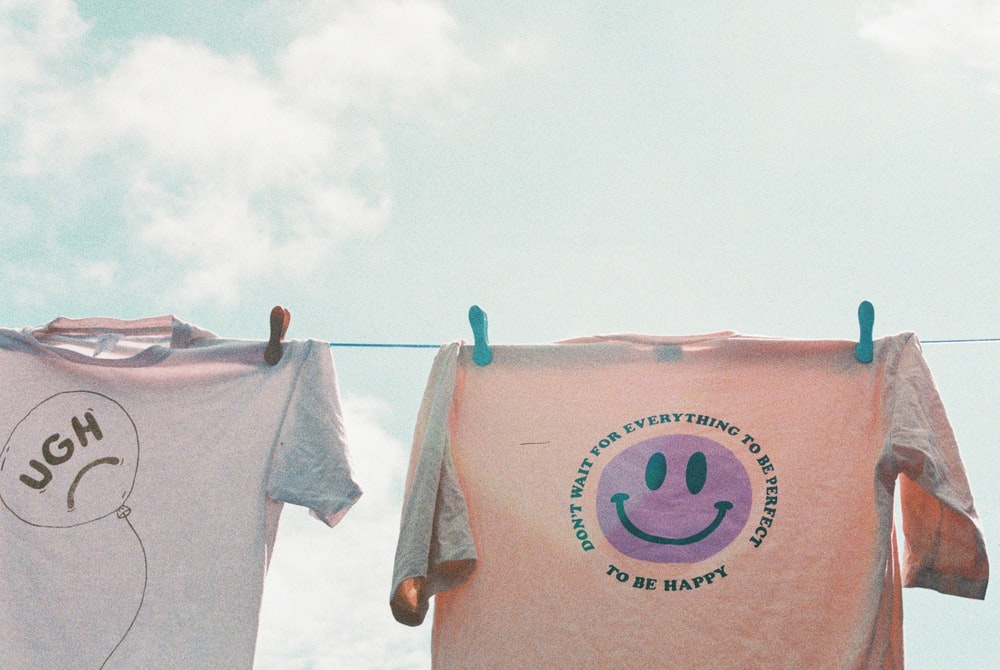 pink and blue crew neck t-shirt