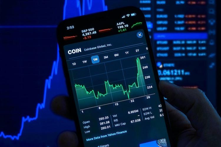 Mengecek tabungan saham online mudah melalui ponsel.