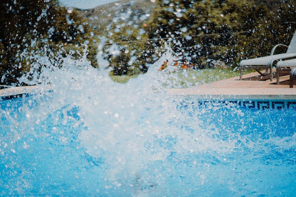 water splash on swimming pool during daytime