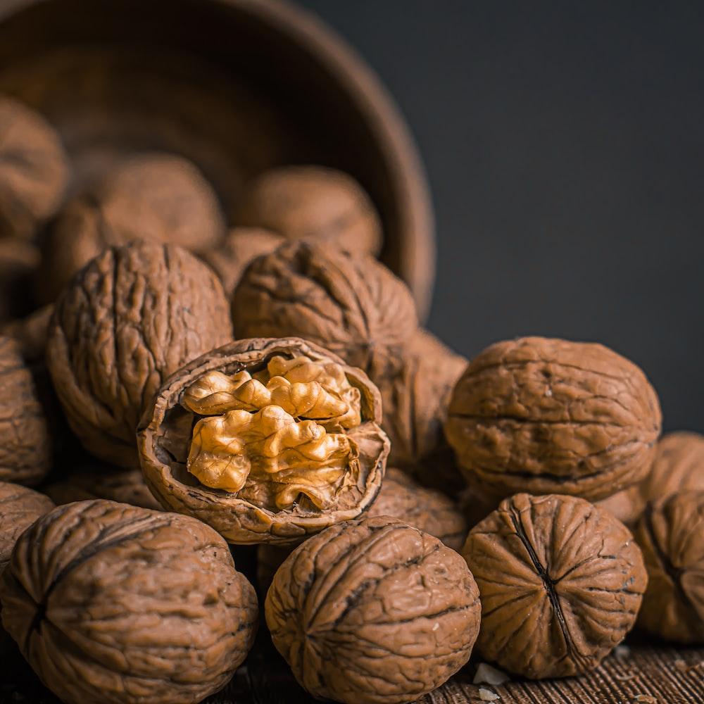 brown garlic on brown bowl