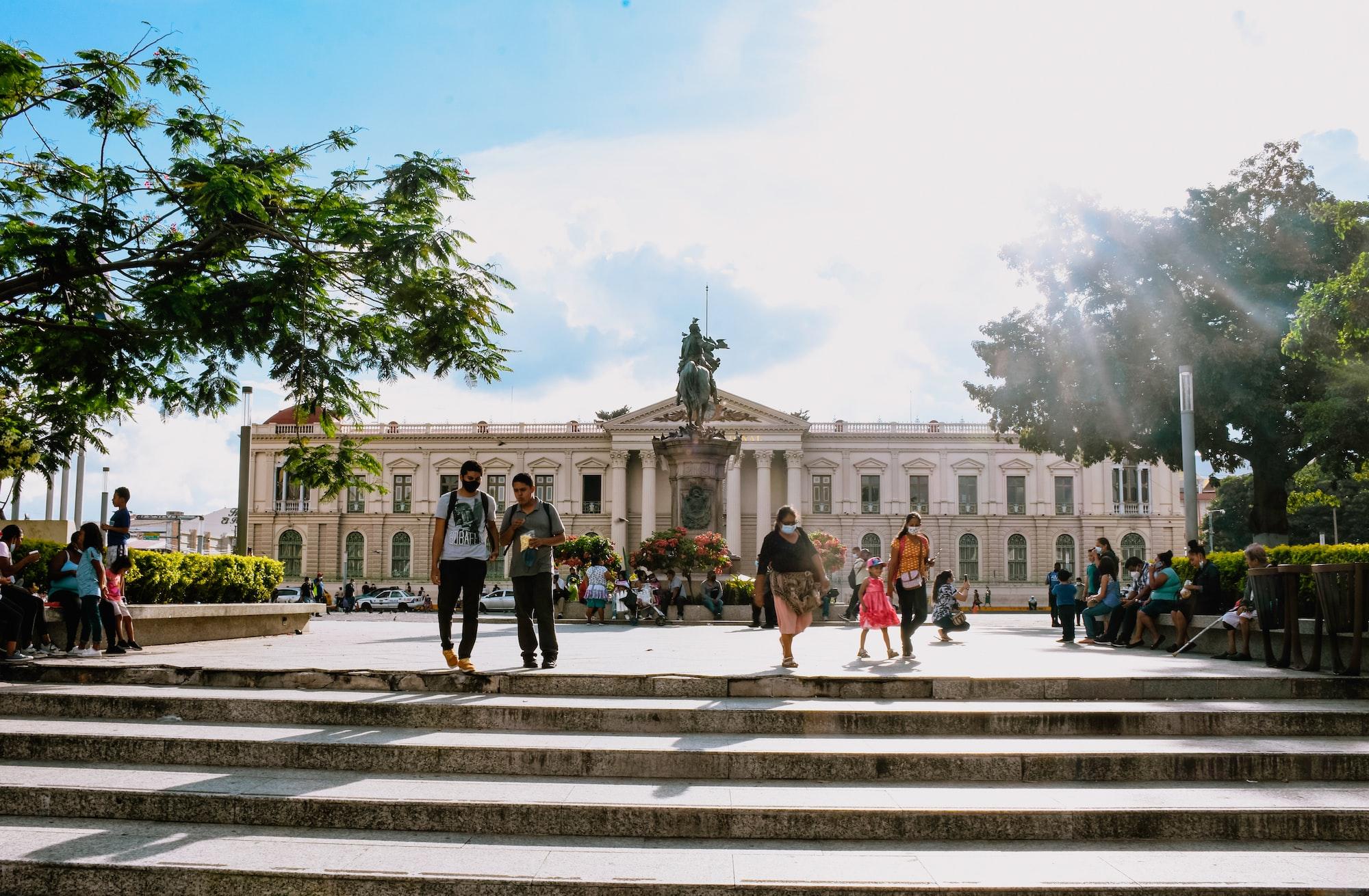 Plaza Gerardo Barrios y Palacio Nacional de El Salvador