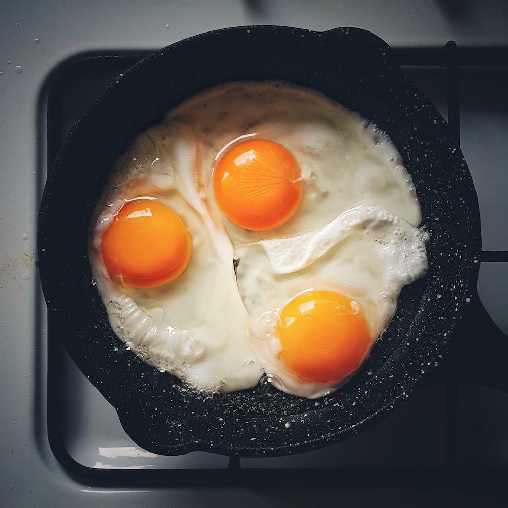 sunny side up egg on black frying pan