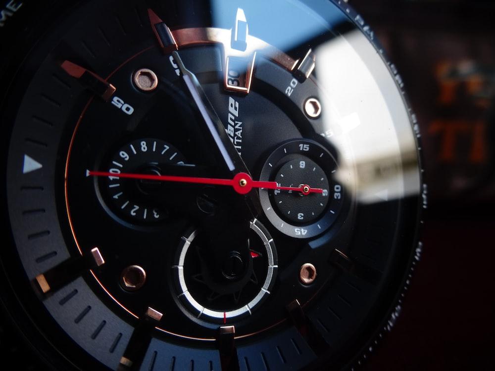 black and blue analog speedometer