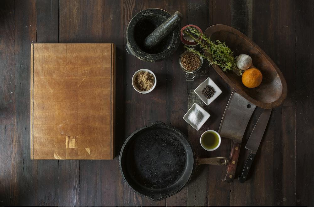トップビューの写真で茶色のボックスの横にある乳鉢と乳棒